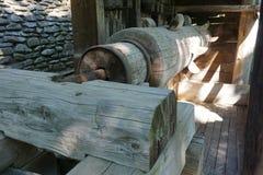 Взгляд деревянной оси водяной мельницы детальный стоковые фото