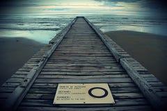 Взгляд деревянной пристани на море на заходе солнца стоковая фотография rf