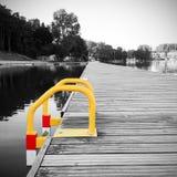 Взгляд деревянной пристани на пруде стоковые фотографии rf