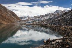 Взгляд держателя Cho Oyu отражая в озере Gokyo Стоковые Фотографии RF