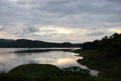 Взгляд леса, водных ресурсов и гор Стоковые Изображения RF