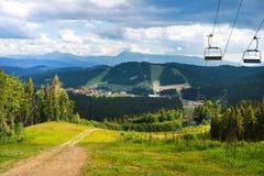 Взгляд лета ландшафта прикарпатских гор в Bukovel, Украине Зеленые леса, холмы, травянистые луга и голубое небо Стоковая Фотография RF