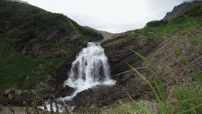 Взгляд лета водопада каскада в горах видеоматериал