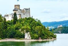 Взгляд лета замка Niedzica (или замка Dunajec) (Польша). Стоковые Фотографии RF