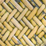 Взгляд детали близкий поднимающий вверх равномерной золотой сплетенной корзины используя natu Стоковые Изображения RF