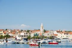 Взгляд лета портового района гавани Pakostane в Далмации, Хорватии стоковые изображения