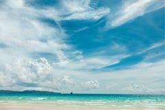 Взгляд летнего дня океана с голубыми морем и небом с белыми облаками Стоковые Изображения RF