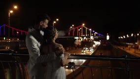 Взгляд жениха и невеста на городе ночи акции видеоматериалы