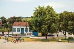 Взгляд женщины идя с велосипедом в квадрате Bananal Стоковая Фотография RF