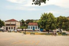 Взгляд женщины идя с велосипедом в квадрате Bananal Стоковые Фото