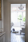 Взгляд живущей комнаты через дверную раму Стоковые Изображения RF