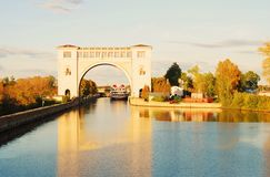 Взгляд замка на Реке Волга около Uglich природа осени голубая длинняя затеняет небо Стоковые Фото