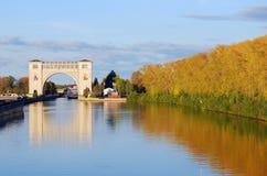 Взгляд замка на Реке Волга около Uglich природа осени голубая длинняя затеняет небо Стоковая Фотография