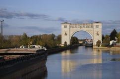 Взгляд замка на Реке Волга около Uglich природа осени голубая длинняя затеняет небо Стоковые Изображения RF