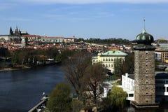 Взгляд замка Праги, старые дома на квадрате Jirasek, Праге, чехии Стоковое фото RF