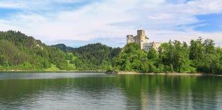 Взгляд замка Niedzica в Польше/сценарном взгляде Стоковые Фотографии RF