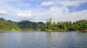 Взгляд замка Niedzica в Польше/сценарном взгляде Стоковое фото RF