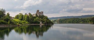 Взгляд замка Niedzica в Польше/сценарном взгляде Стоковая Фотография