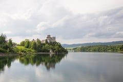 Взгляд замка Niedzica в Польше/сценарном взгляде Стоковые Изображения