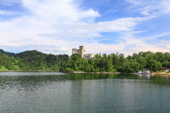 Взгляд замка Niedzica в Польше/сценарном взгляде Стоковое Изображение
