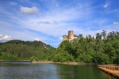 Взгляд замка Niedzica в Польше/сценарном взгляде Стоковые Изображения RF