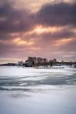 Взгляд замороженного озера во время восхода солнца в сезоне зимы Стоковое фото RF