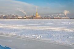 Взгляд замороженного реки Питера Neva и крепости Пола от вертела острова Vasilievsky Стоковое Изображение