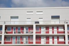 Взгляд заново построенного современного блока квартир под голубым небом Стоковые Фотографии RF
