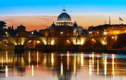 Взгляд захода солнца Ватикана с базиликой ` s St Peter, Римом, Италией Стоковое Изображение RF