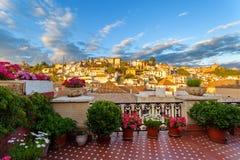 Взгляд захода солнца исторических квартальных Albayzin и Альгамбра от балкона здания стоковые фото