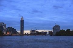 Взгляд захода солнца Лондона голубой с башней причала St. George стоковое фото