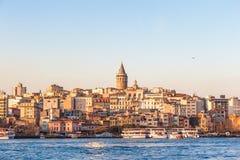Взгляд захода солнца на башне Galata и районе Karakoy в Стамбуле Стоковое фото RF