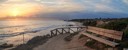 Взгляд захода солнца на кристаллическом пляже бухты Стоковые Фотографии RF