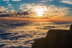 Взгляд захода солнца над облаками в горах Стоковые Фотографии RF