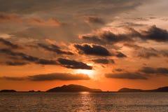 Взгляд захода солнца на океане в лете изумительный заход солнца Заход солнца в лете естественный заход солнца Тропический заход с Стоковая Фотография