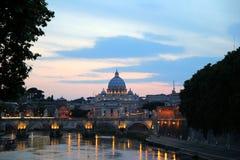 Взгляд захода солнца на реке, мосте и соборе стоковые фото