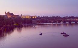Взгляд захода солнца реки Карлова моста, замка Праги и Влтавы в Праге взгляд городка республики cesky чехословакского krumlov сре Стоковое фото RF
