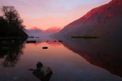 Взгляд захода солнца через Wastwater к большому щипцу Стоковые Изображения