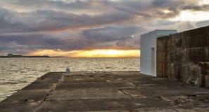Взгляд захода солнца Burghead от Hopeman. Стоковая Фотография