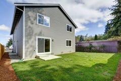 Взгляд задворк дома рассказа американца 2, серой фасадной краски Стоковое Изображение