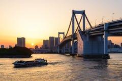 Взгляд залива токио и моста радуги на вечере Стоковая Фотография