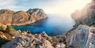 Взгляд залива thel накидки Formentor с лазурной водой Мальоркой, Испанией стоковые изображения