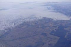 Взгляд земли из-под крыла воздушного судна Стоковые Фотографии RF