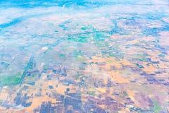 Взгляд земли от окна самолета Стоковые Фото