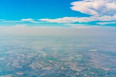 Взгляд земли от окна самолета Стоковое Изображение
