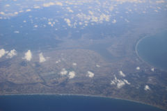 Взгляд земли, полей, и облаков сверху Стоковое Изображение RF