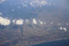 Взгляд земли, полей, и облаков сверху Стоковое Фото