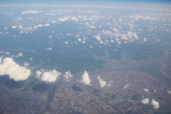 Взгляд земли, полей, и облаков сверху Стоковая Фотография