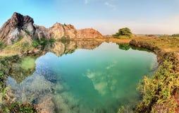 Взгляд зеленого озера и верхняя часть горы Стоковое Фото