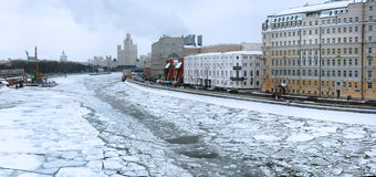 Взгляд зимы на реке Москвы и ist вышли фронт стоковые изображения